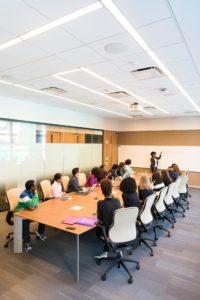 Cette image présente une salle de formation avec des salariés d'entreprises en 2021.